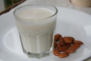 soy_milk_vs_almond-_milk_2
